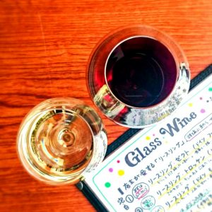 上から見たグラスワインとメニュー