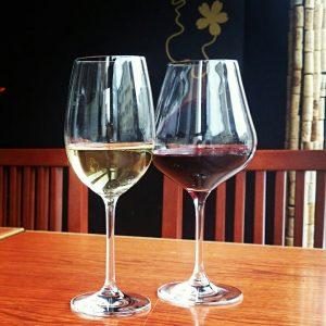 テラス席のワイングラス