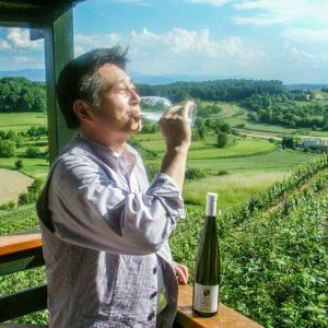 ドイツで白ワインを飲む店主