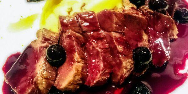 やわらかエゾシカ肉のグリル 赤ワインとブルーベリーのソース