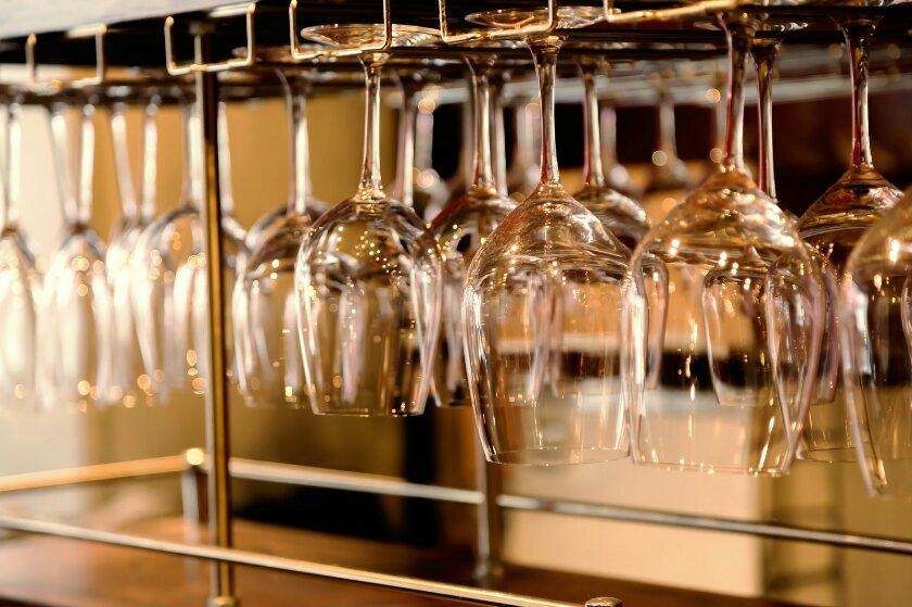 ワインラックに吊り下げたワイングラス