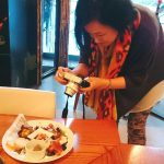 祥瑞札幌の料理を取材するオサナイミカさん